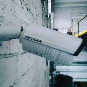 Установленная на здание камера видеонаблюдения Hikvision