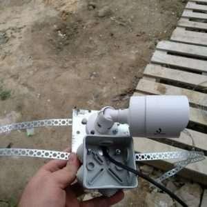Камера видеонаблюдения на крепление для стены частного дома